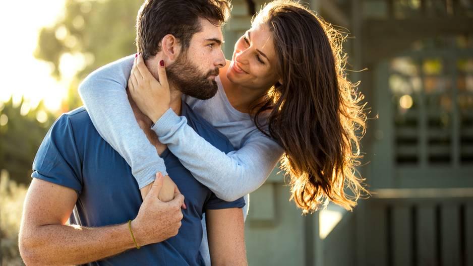 Sternzeichen: Emotionale Abhängigkeit: Frau umarmt einen Mann