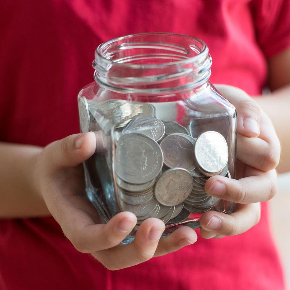 Unterhalt ab 2020: Kind mit Glas voller Geld