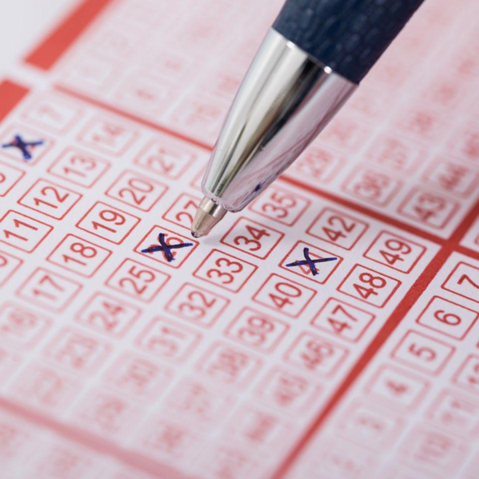 Lottogewinn: Lottoschein mit Kreuzen