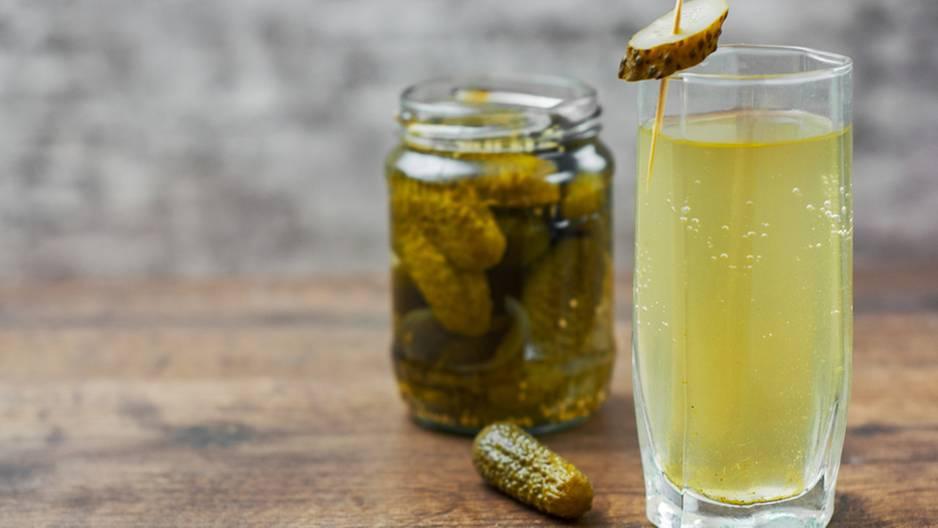 Gurkenwasser: Glas mit Gurkenwasser
