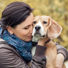 Frau verliert Arme und Beine: Frau kuschelt mit einem Hund
