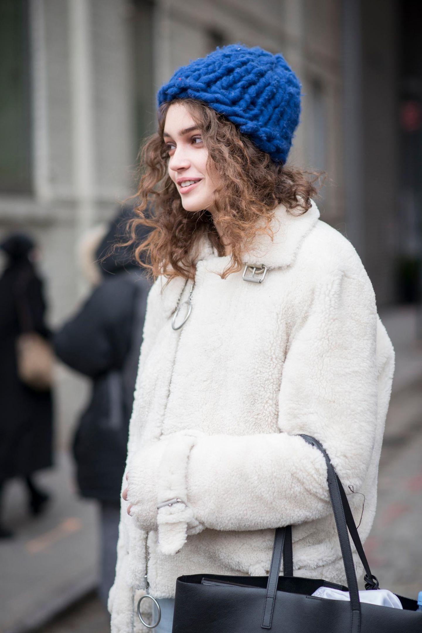 Winter-Frisuren: Frau mit Wollmütze auf der Strasse