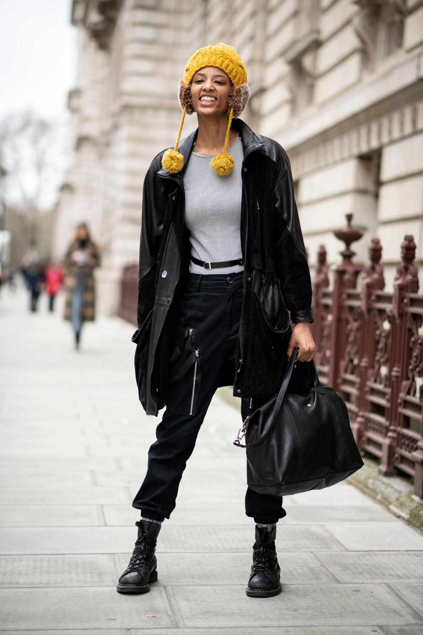 Winter-Frisuren: Frau mit Mütze und Ohrenschützern