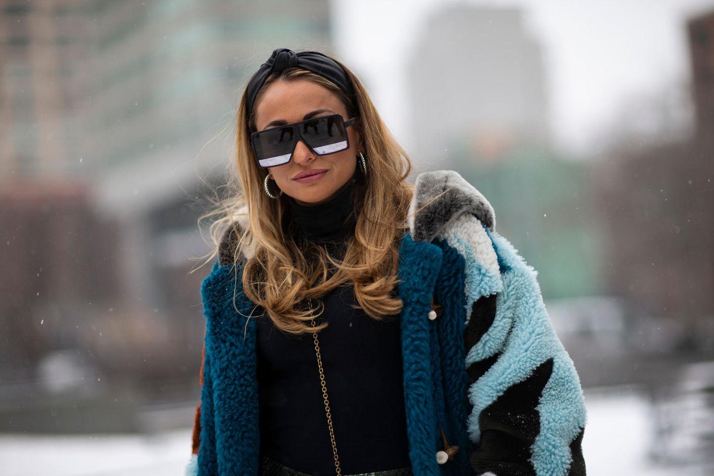Winter-Frisuren: Frau mit Stirnband und Sonnenbrille