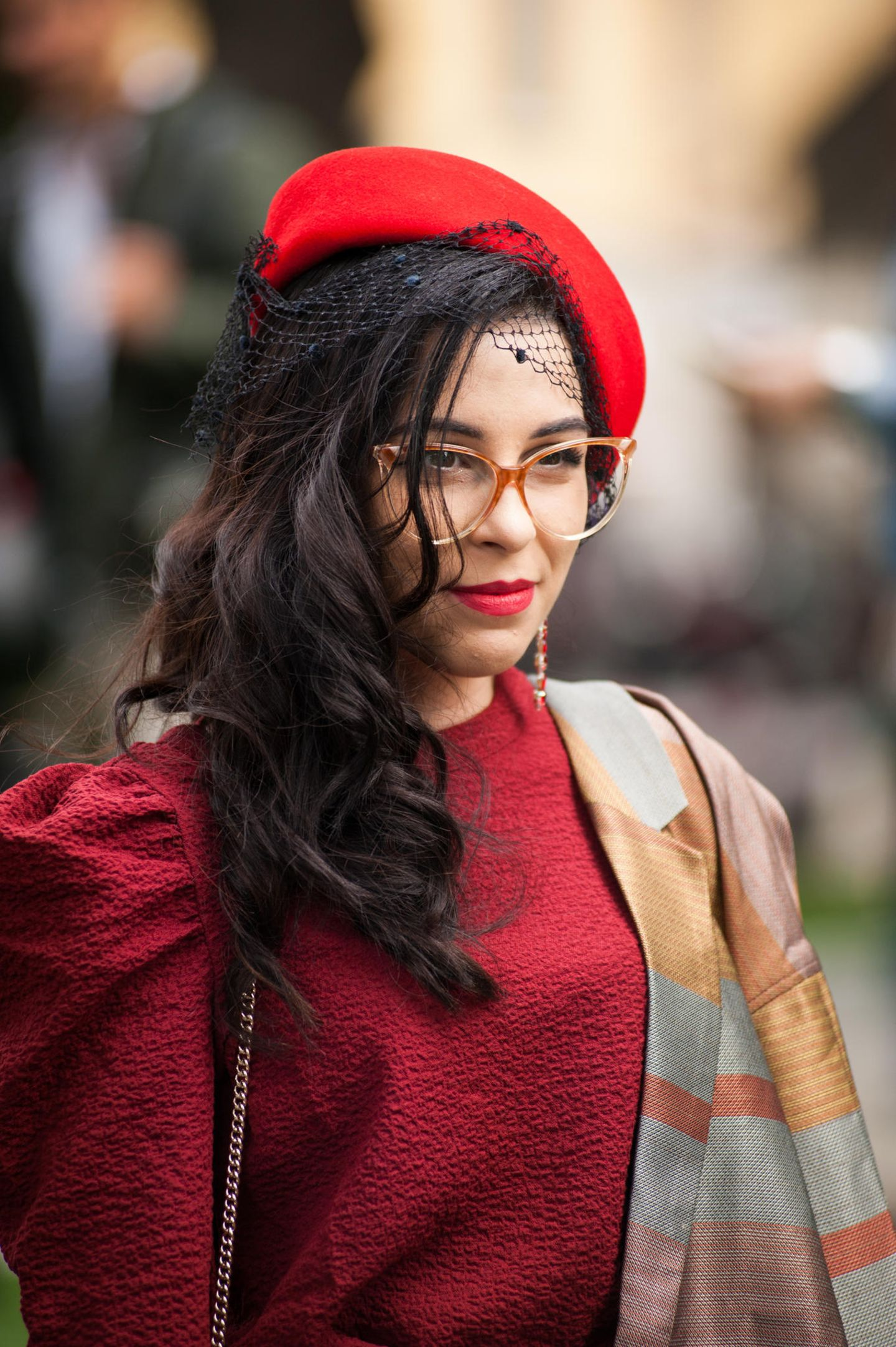 Winter-Frisuren: Frau mit rotem Hut