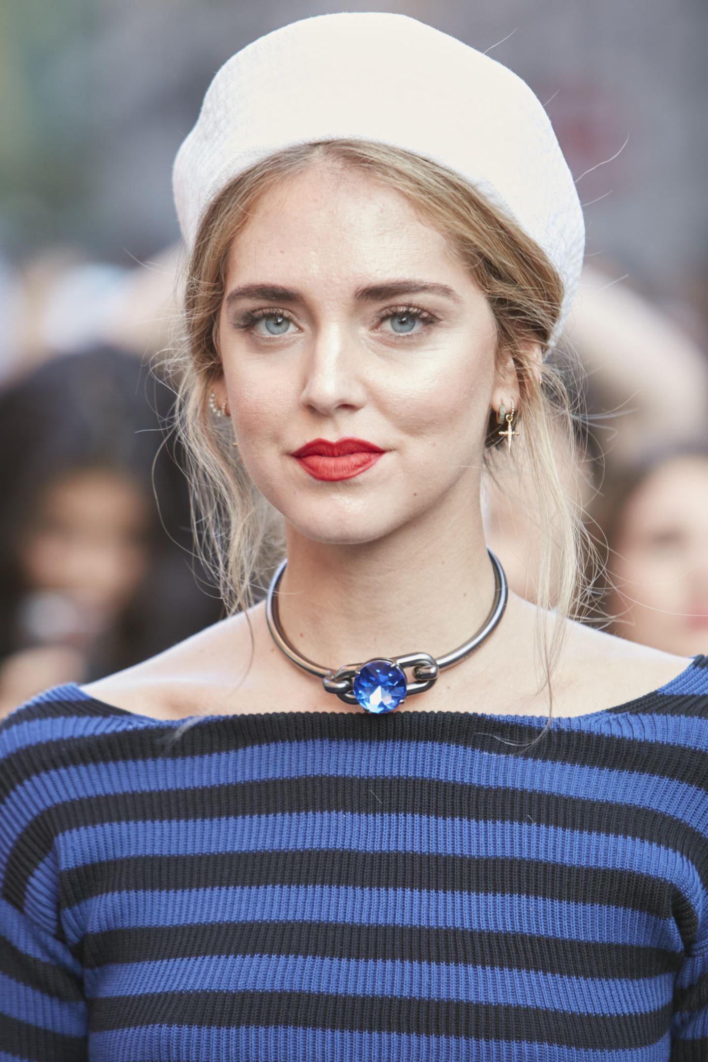 Winter-Frisuren:  Frau mit weißer Kappe