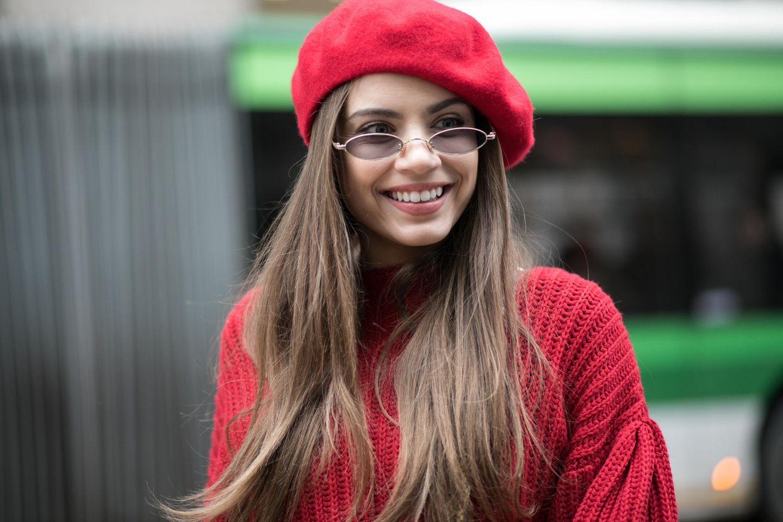 Winter-Frisuren: Frau mit roter Baskenmütze
