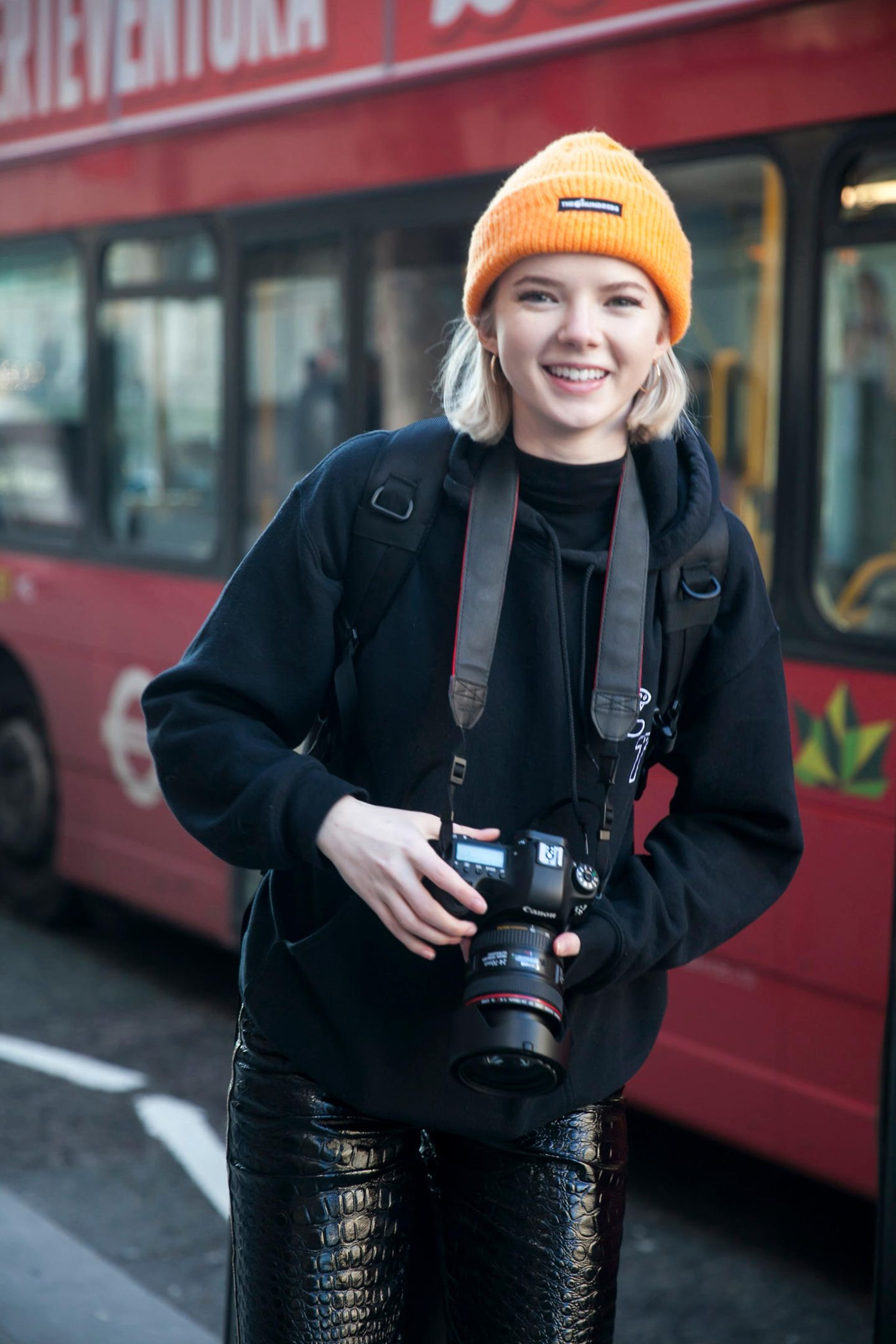 Winter-Frisuren: Frau mit oranger Mütze