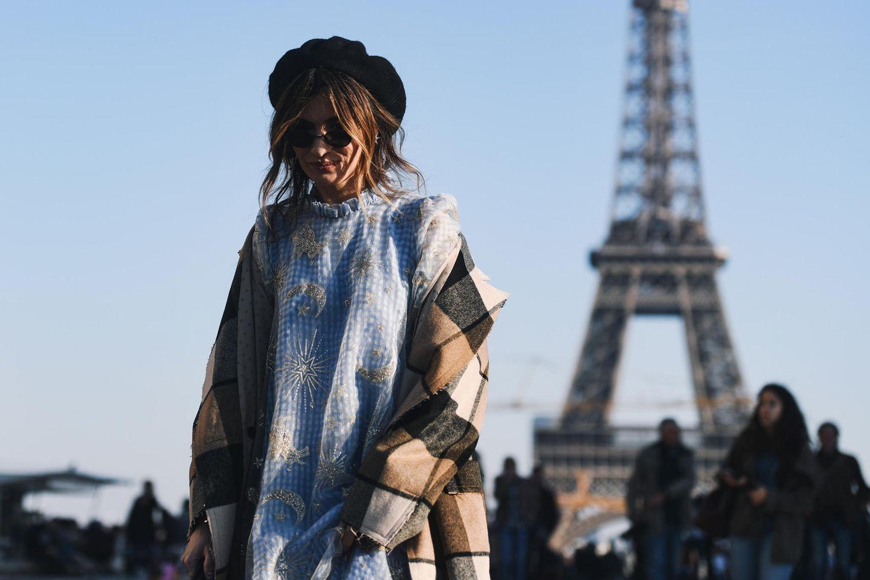 Winter-Frisuren: Frau mit Baskenmütze vor dem Eiffelturm