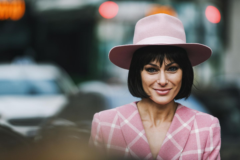 Winter-Frisuren: Frau mit rosa Hut