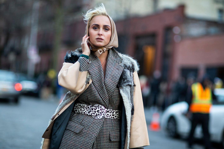 Winter-Frisuren: Frau mit Kopftuchauf der Strasse