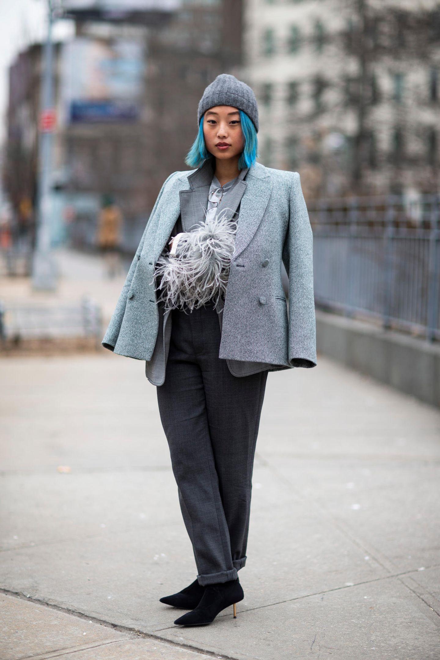 Winter-Frisuren: Frau mit lauen Haaren und Mütze