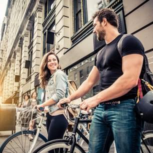 Beuteschema: Eine Frau flirtet mit einem Mann