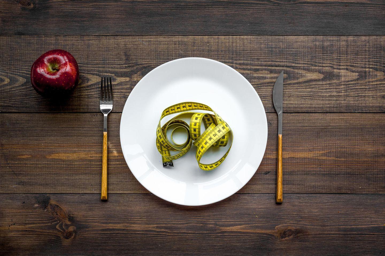 Richtig abnehmen: Maßband auf Teller