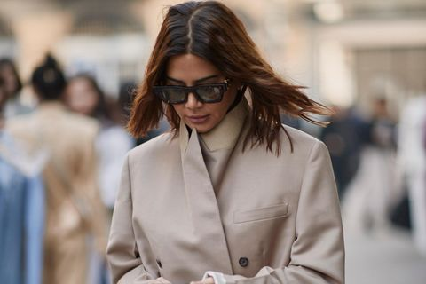 Mode-Klassiker: Frau im Trenchcoat