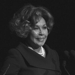 """Schauspielerin Diahann Carroll ist am 4. Oktober 2019 im Alter von 84 Jahren gestorben. In Deutschland war ihr Gesicht vor allem dank ihres Engagements in den 80er-Jahren in der Fernsehserie """"Der Denver-Clan"""" bekannt. Dort verkörperte sie in 71 Episoden die Nachtclubbesitzerin Dominique Devereaux, die Halbschwester von Blake Carrington (John Forsythe, 1918-2010). Auch in den letzten Jahren war Carroll in zahlreichen Gastrollen immer wieder zu sehen, unter anderem in fünf Folgen der Krankenhaus-Serie """"Grey's Anatomy""""."""