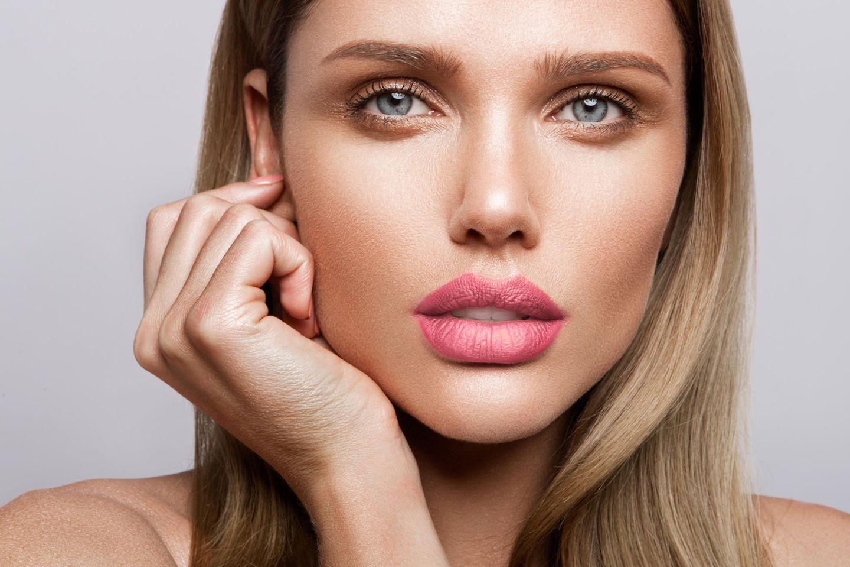 Brow Baking: Frau mit natürlichem Make-up