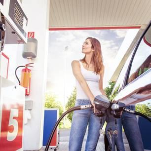 Tank-Fehler: Frau tankt ihr Auto