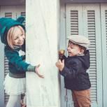 Finnische Vornamen: Zeitlos schön und markant: Junge und Mädchen stehen sich gegenüber