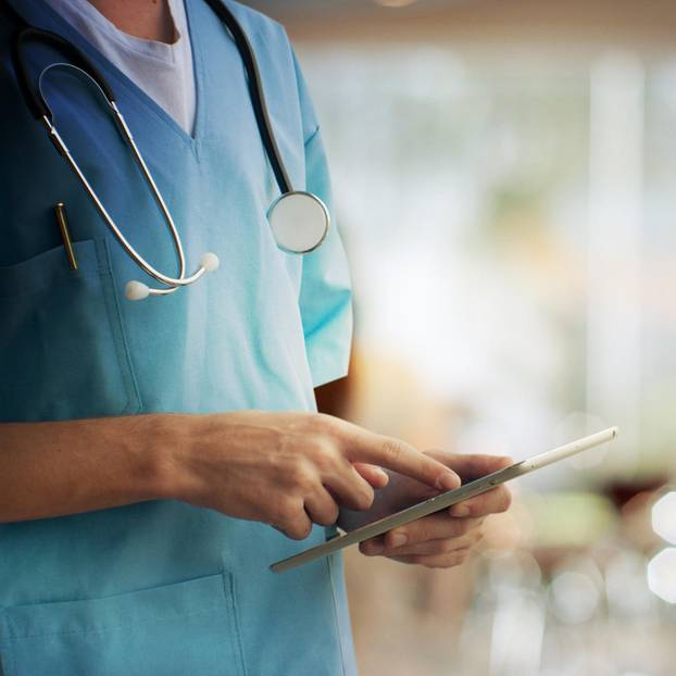 Online-Petition: Arzt mit Tablet