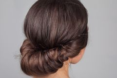 Frisuren selber machen: Frau mit eingedrehten Haaren