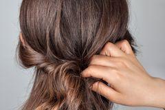 Frisuren selber machen: Haare werden um Haarband gewickelt