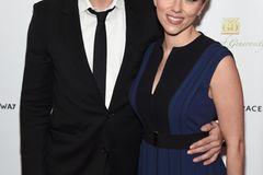 Geschwister der Stars: Scarlett Johansson posiert mit ihrem Bruder