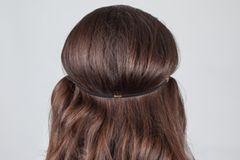 Frisuren selber machen: Frau mit offenen Haaren und Haarband