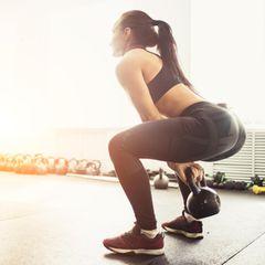 Übungen gegen ein Hohlkreuz: Kniebeuge mit Kettlebell