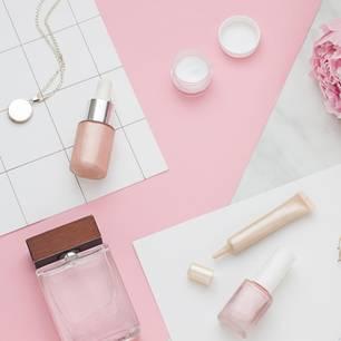 Selbstbräuner das ganze Jahr tragen: Beautyprodukte auf einem Tisch