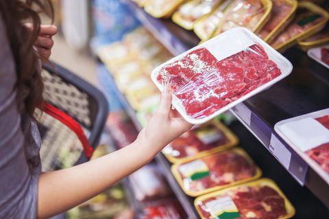 Wilke-Wurst: Frau hält Fleisch in der Hand