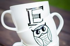 Porzellan bemalen: Bemalte Tassen aufeinander gestapelt
