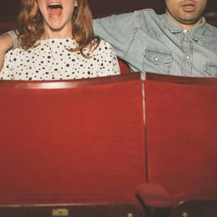 Was sollte man vor dem ersten Date klären? Ein Pärchen im Kino
