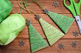 Bastelideen Weihnachten: Tannenbäume als Baumanhänger
