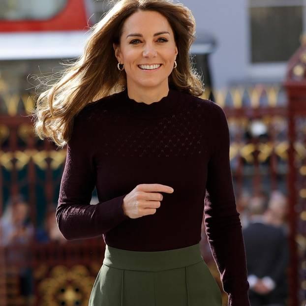 Royals die günstige Kleidung tragen: Kate Middleton unterwegs mit Pulli und Tasche