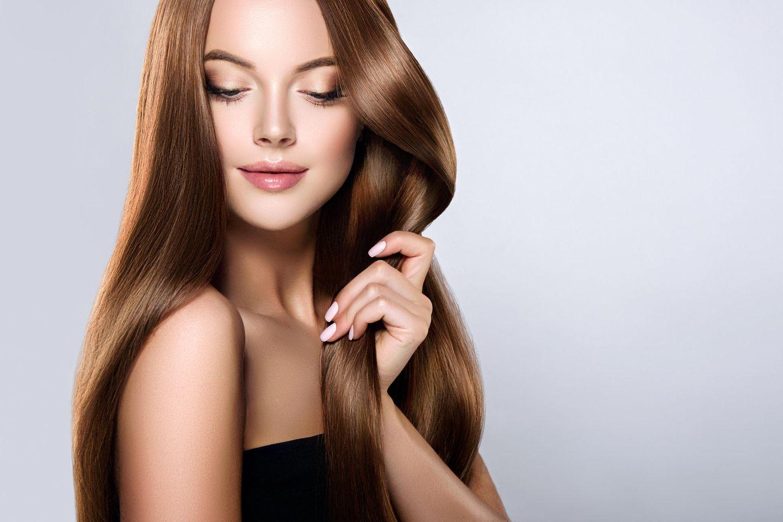 Haare laminieren – Frau mit glatten, glänzenden, braunen Haaren