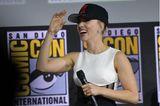 Verlobungsringe der Stars: Scarlett Johansson mit Kappe und Mikro in der Hand