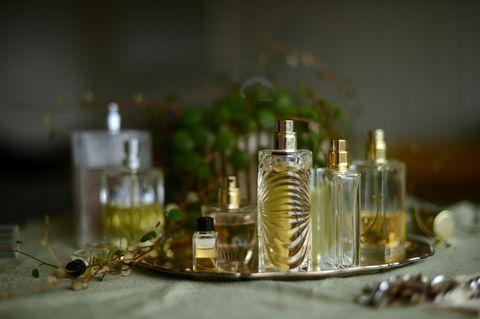 Parfümflakons auf Teller