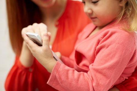 Mutter und Tochter mit Smartphone