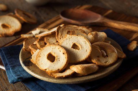 Brotchips selber machen: Brotchips in einer Schale
