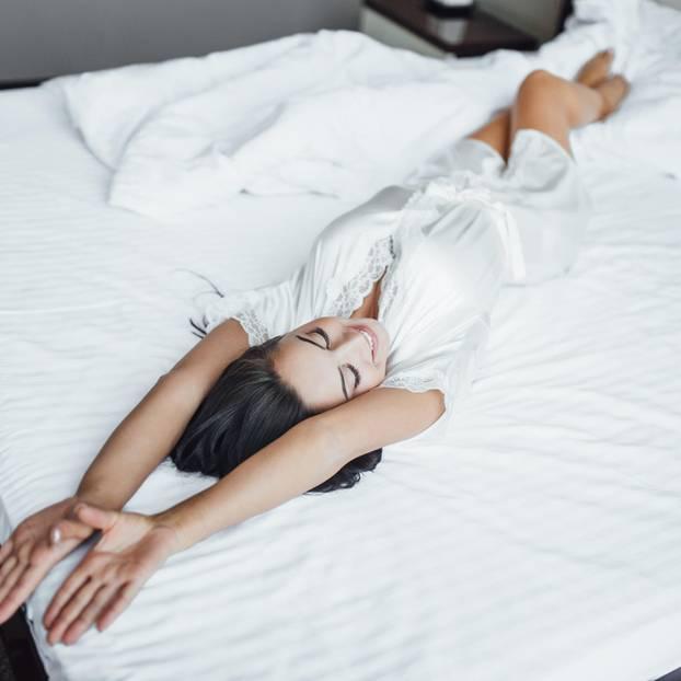 Nachtschweiß: Frau liegt auf dem Bett