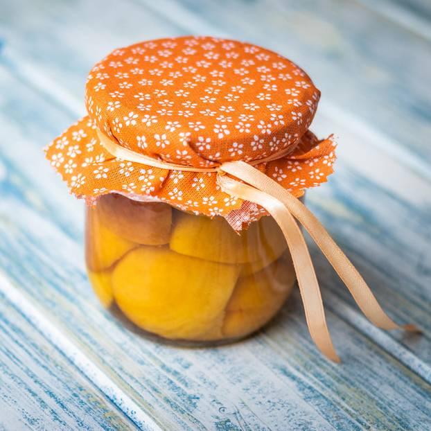 Pfirsichkompott: Einweckglas mit Pfirsichkompott