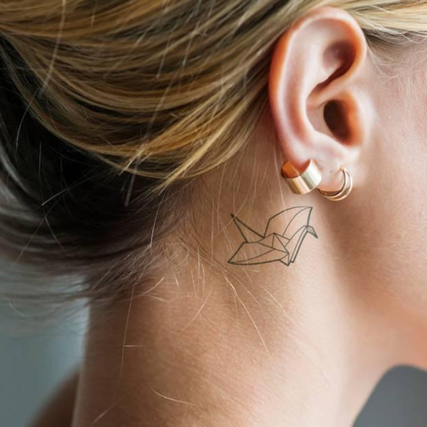 tattoo hals frau