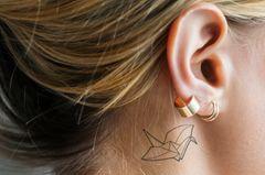 Tattoo am Ohr: Frau mit Tattoo hinterm Ohr