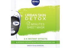 """Welche Maske habe ich getestet? Ich habe dieUrban Skin Detox Effekt Sheet-Maske von Nivea getestet (etwa 2,50 Euro bei Nivea).  Was verspricht das Produkt?Die """"Urban Skin Detox Effekt"""" Sheet-Maske von Nivea verspricht – wie der Name vermuten lässt – eine hautklärende und reinigende Wirkung, außerdem soll sich die Haut nach der Anwendung erfrischt anfühlen und mattiert aussehen.  Wie ließ sich das Produkt anwenden?Was die Anwendung betrifft, kann ich nichts Negatives sagen: Angenehmer Geruch, klare Gebrauchsanweisung und dadurch, dass auf der einen Seite der Maske ein Schutzpapier klebte, das man nach dem Auflegen abziehen sollte, wusste ich sofort, wie rum sie gehört und konnte sie gut auseinanderfriemeln.  Wie war das Ergebnis?Nachdem ich sie auf meiner zu Mitessern und Blackheads neigenden Haut getestet habe, kann ich sagen: Der Lappen hält, was er verspricht! Die Mischung aus Aktivkohle und grünem Teeextrakt ist einfach genial! Meine Haut hat sich jedenfalls spürbar erfrischt und gereinigt angefühlt, aber kein bisschen ausgetrocknet – mit dem Ergebnis bin ich daher wirklich zufrieden.Natürlich kann die Maske keine Wunder bewirken und beispielsweise Pickel oder Hautirritationen verschwinden lassen – aber mir hat sie zumindest ein gutes Gefühl gegeben und die 10 Minuten Entspannung, die mir die empfohlene Einwirkzeit geschenkt hat, waren definitiv gut investierte Zeit!  Susanne, Liebes-Redakteurin"""
