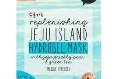 Das Produkt:Ich habe mich an die GelmaskeJEJU Island Hydrogel Mask von Oh K! gewagt. (Rund 6Euro bei Flaconi)  Was verspricht das Produkt?Hydrogelmasken versprechen der Haut viel Feuchtigkeit zu spenden. Perfekt für mich, da ich zu trockener Haut an bestimmten Stellen im Gesicht neige.  Wie ließ sich das Produkt anwenden?Die etwas glitschige Maske ließ sich mit etwas Geschick schnell aus der Packung nehmen. Beim Auflegen auf das Gesicht muss man unbedingt mit einem Spiegel arbeiten, da die Maske etwas flutschig ist und man ohne Spiegel viel nachjustiert.  Wie war das Ergebnis?Ist sie erstmal auf dem Gesichtplatziert, zieht die Feuchtigkeit schnell ein. Auch der Kühlungseffekt ist nicht zu verachten. Danach fühlte sich meine Haut etwas klebrig an. Dieser Effekt war aber schnell wieder verflogen. Meine Problemstellen im Gesicht fühlten sich durchaus besser an. Am nächsten Tag fühlte sich die Haut immer noch frisch an und die trockenen Stellen haben sich bisher noch nicht wieder blicken lassen.  Susanne, Bild-Redakteurin