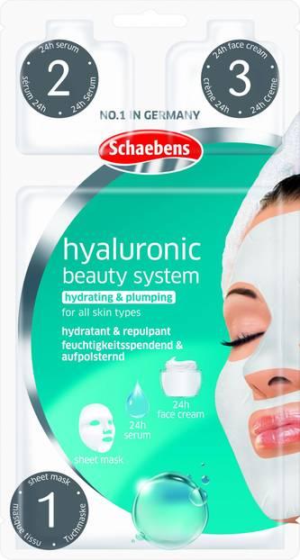 Das Produkt:Ich war total neugierig, was die Hyaluronic Beauty System-Maske von Sheabens drauf hat und habe sie einem genauen Test unterzogen.  Was verspricht das Produkt? Das Schöne: Die Maske ist für alle Hauttypen geeignet und verspricht nichts Geringeres als perfekte Haut in nur drei Schritten. Das sogenannte Beauty-System besteht dafür aus einer Sheetmaske, einem Serum und einer Pflege – alle Produkte bauen angeblich perfekt aufeinander auf und versorgen die Haut 24 Stunden lang mit allem, was sie braucht.Kurz: Die Feuchtigkeits-Depots der Haut sollen wieder aufgefüllt werden undsich danach schön fest und gestrafft anfühlen.  Wie ließ sich das Produkt anwenden? Super easy! Die Tuchmaske konnte easy aufs Gesicht aufgetragen werden und hielt dort bombenfest. Auch das Serum und die Pflege ließen sich super einfach auftragen uns sind schnell eingezogen.  Wie war das Ergebnis?Meine Haut hat sich super erfrischt und butterzart angefühlt. Das Spannungsgefühl, dass ich nach der Reinigung immer habe, war verschwunden, denn das System, das so schlau aufeinander aufbaut, hat meine haut perfekt mit Feuchtigkeit versorgt. Noch ein kleiner Tipp: Serum und Pflege sind sehr großzügig bemessen. Ich habe die ganze Portion verwendet und hatte am Ende zu viel Produkt auf dem Gesicht. Die Hälfte reicht auch und dann habt ihr noch einen kleinen Rest für den kommen Tag.  Ann-Christin, Mode- und Beauty-Redakteurin