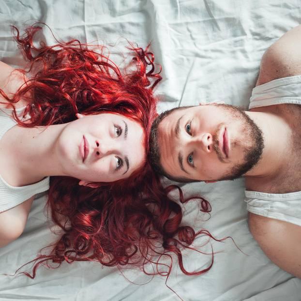 Partner setzt andere Prioritäten: Frau und Mann liegen Kopf an Kopf