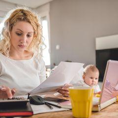 Ehegattensplittung - ist das zeitgemäß?:  Frau und Mann vor Taschenrechner und Unterlagen