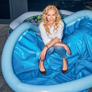 """Katja Burkard: Wechseljahre - """"Ein Umbruch, der Klarheit bringt"""": Katja Burkard im Pool"""